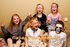 Дети, разрисованные аквагримом, фотографируются на празднике