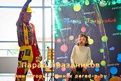 Клоун погружает девочку в большой мыльный пузырь в Минске