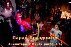 Дети веселятся на дискотеке на дне рождении