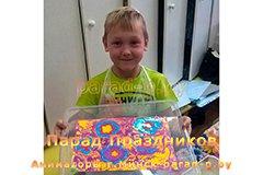 Мастер-класс Эбру в Минске - Мальчик показывает нарисованные цветы на воде