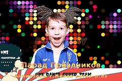 Мальчик фотографируются в фотобоксе в Минске на празднике