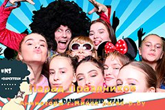 Аниматор с девушками позируют в фотобоксе в Минске на празднике