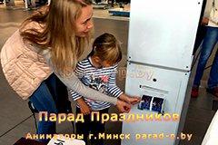 Фотобокс печатает фотографию на празднике в Минске
