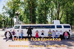 Бэтмен с детьми позируют на фоне лимузина в Минске