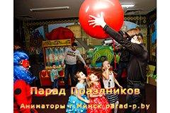 Суперкот держит Шар-сюрприз в Минске на празднике