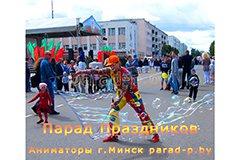 Клоун делает уличные мыльные пузыри на городском празднике