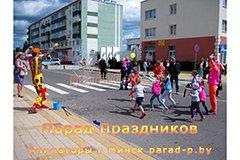 Дети ловят огромный мыльный пузырь, который запустил Клоун на городском празднике