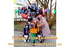 Трансформер Оптимус Прайм фотографируется с людьми в Минске